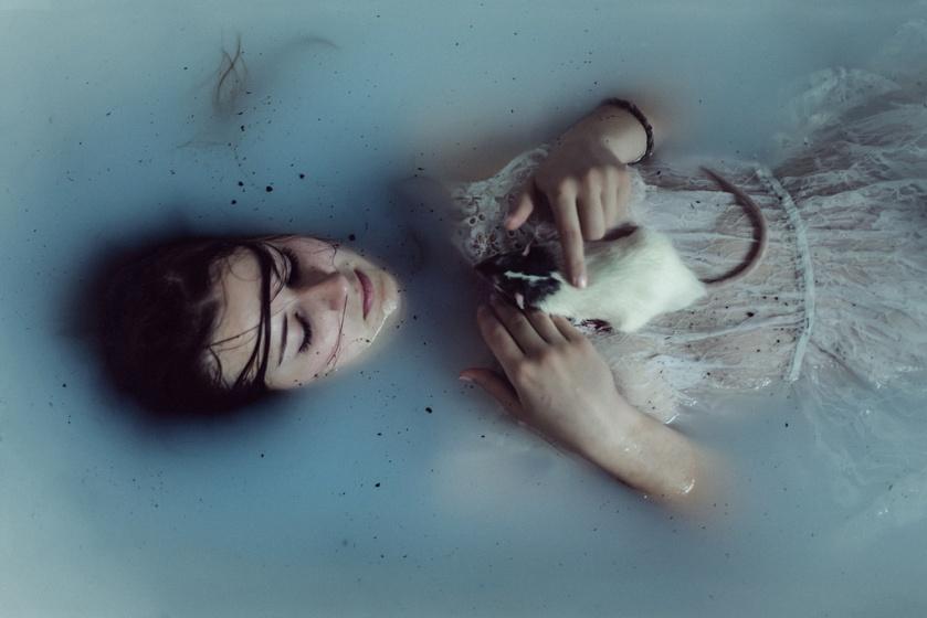 charlotte-grimm,sinking,blue-pet-water-girl-rat-mood-sad-emotion-expressive-bathtub-emotional-whitedress